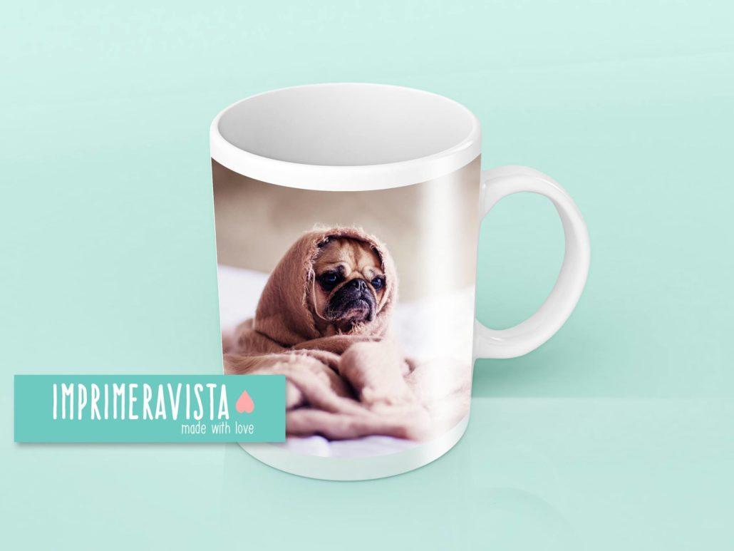 taza blanca con fotografía de perrito tierno abrigado