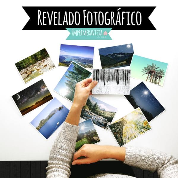 detalle de las manos de una mujer mirándo las fotografías de una mesa