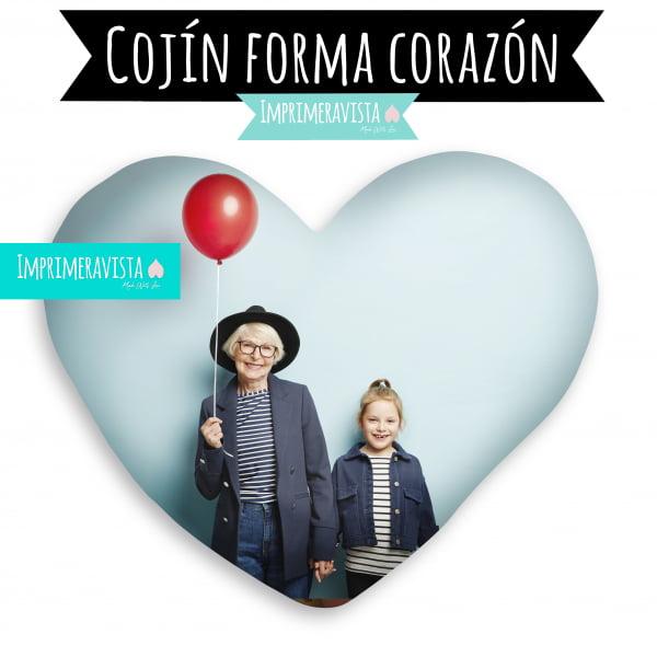cojin con forma de corazon estampado con una foto de una niña y su abuela