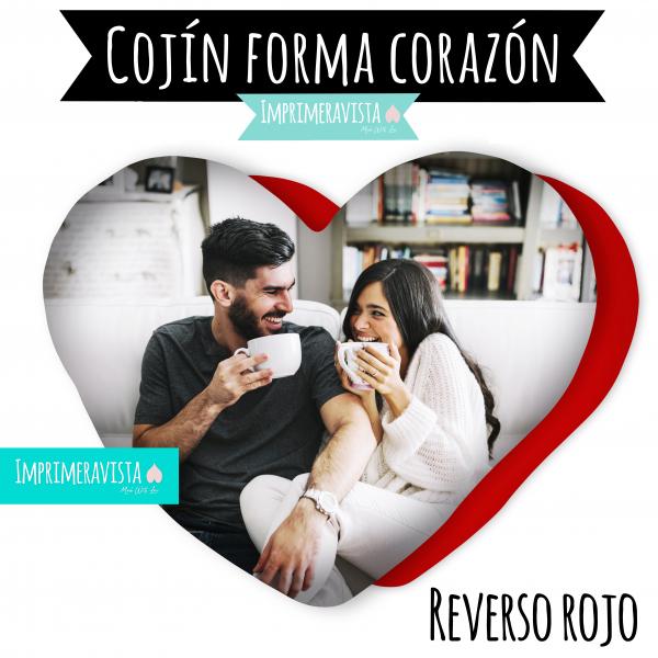 cojin con forma de corazón personalizado con una foto de una pareja tomando cafe y con el reverso rojo